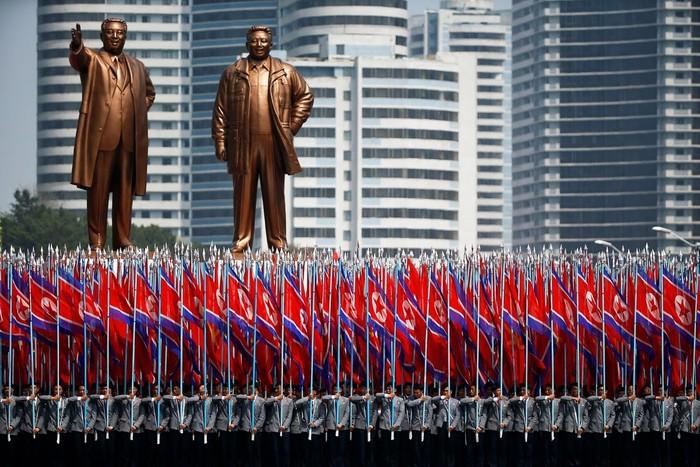 Korea Utara (Korut) menggelar parade militer untuk memperingati kelahiran Kim Il-Sung. Berbagai jenis alutsista dipamerkan.