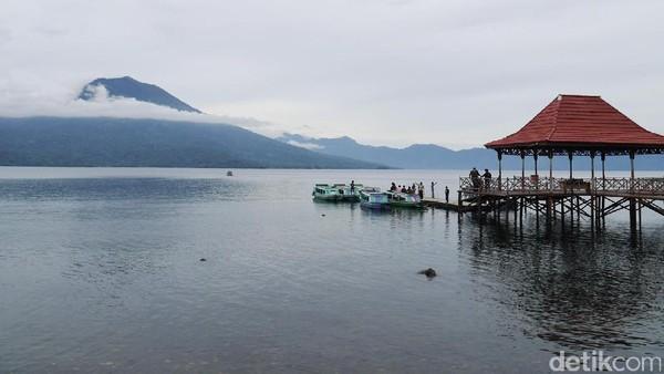 Danau Ranau yang sungguh luas begitu memanjakan mata. Ditambah lagi dengan pemandangan Gunung Seminung yang menjulang setinggi 1.880 mdpl di tepian danau (Kurnia/detikTravel)