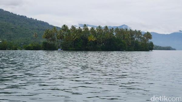 Pulau Marisa dilihat dari kejauhan. Pulau ini berada di tengah Danau Ranau (Kurnia/detikTravel)
