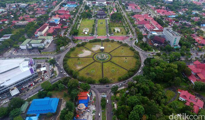 Luas wilayah kota Palangka Raya empat kali lebih besar dibanding Jakarta. Luas kota Palangka Raya mencapai 2.400 km2, sedangkan luas kota Jakarta hanya 660 km2. Dengan luas luas wilayah yang begitu besar, Palangka Raya disebut sebagai salah satu kota terluas di Indonesia selain Kota Dumai, Tidore Kepulauan, dan Sorong.