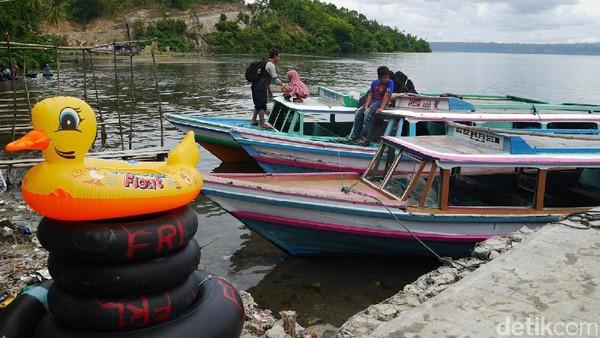 Seperti ini kapal wisata yang membawa traveler menyusuri danau. Biaya sewa kapal sekitar Rp 250 ribu per kapal PP, tergantung jauh dekatnya lokasi yang mau dituju (Kurnia/detikTravel)
