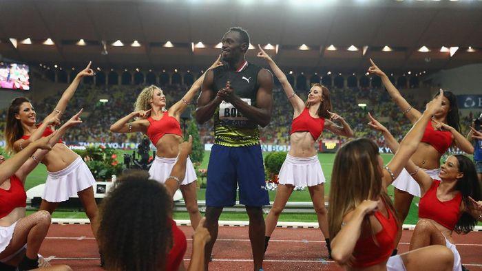 Usain Bolt merayakan sukses di nomor 100 meter Diamond League di Monako bersama cheerleader. (Michael Steele/Getty Images)