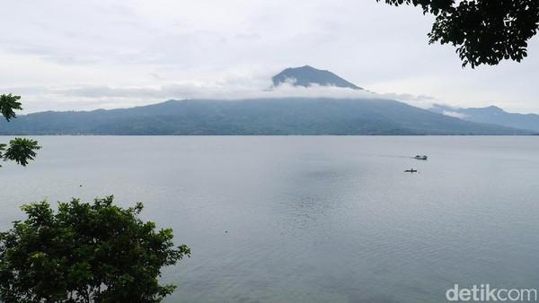 Danau Ranau berada di perbatasan Kabupaten Lampung Barat, Lampung dan Ogan Komering Ulu Selatan, Sumatera Selatan. Luasnya mencapai sekitar 125,9 km2 (Kurnia/detikTravel)