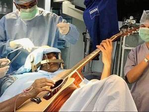 Musisi India Main Gitar Sambil Jalani Operasi Otak