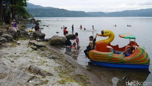 Di danau ini traveler juga bakalan serasa seperti di pantai. Anak-anak hingga orang dewasa pun bisa asyik berenang di sini, tapi sebaiknya memang jangan terlalu jauh dari tepian karena danau semakin dalam (Kurnia/detikTravel)