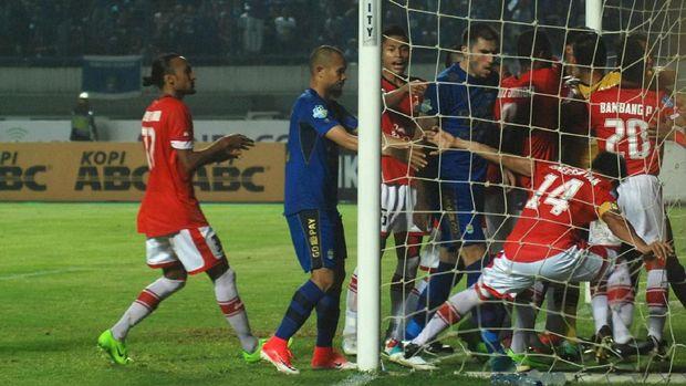 Duel Persija vs Persib di Bandung sempat terjadi gesekan antarpemain.