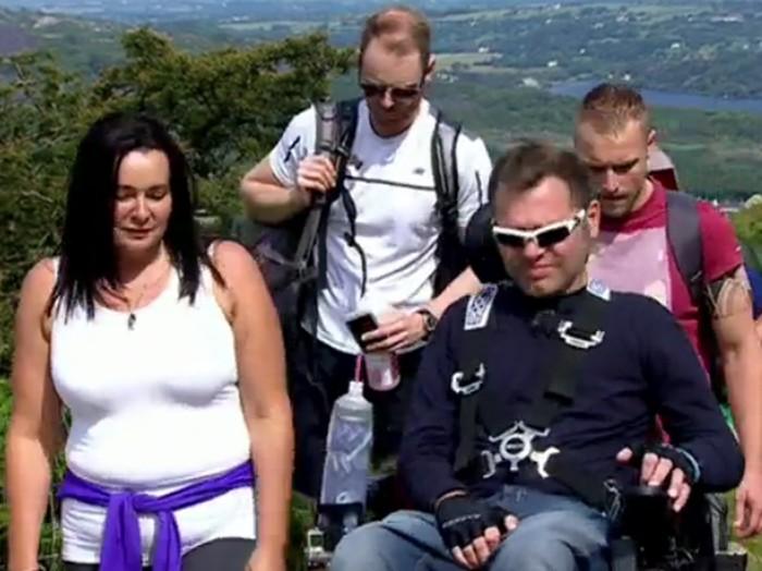 Jason Liversidge dengan kondisi lumpuh di atas kursi roda berhasil menaklukkan puncak gunung Snowdon di Wales. Jason memutuskan untuk mendaki gunung Snowdon karena ingin memberi kenangan pada dirinya sendiri. (Foto: BBC)