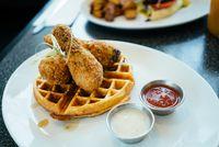 <i>Fried Chicken</i> Makin Nikmat Disantap dengan Salad hingga Waffle