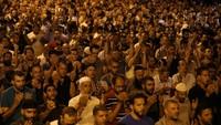 Warga Palestina berdoa bersama di gerbang Lion, Kompleks Kota Tua Jerusalem, Minggu malam (23/7) waktu setempat. REUTERS/Ammar Awad.
