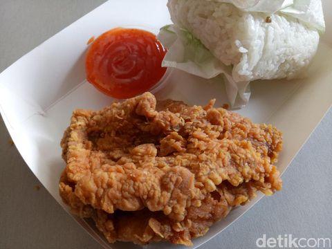 Fried chicken lengkap dengan nasi hangat.