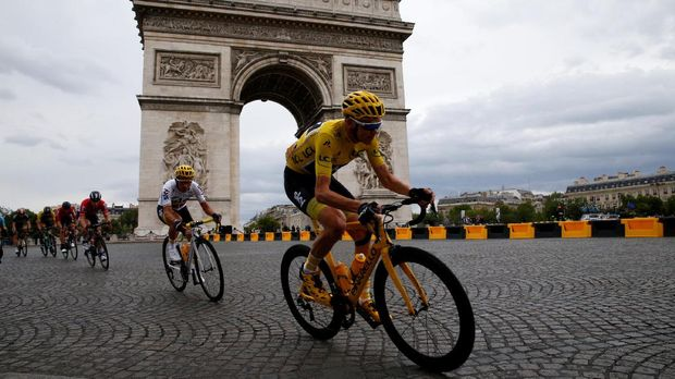 Cycling - The 104th Tour de France cycling race - The 103-km Stage 21 from Montgeron to Paris Champs-Elysees, France - July 23, 2017 - Team Sky rider and yellow jersey Chris Froome of Britain passes the Arc de Triomphe. REUTERS/Pascal Rossignol
