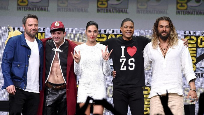 SAN DIEGO, CA - JULY 22:  (L-R) Actors Ben Affleck, Ezra Miller, Gal Gadot, Ray Fisher, and Jason Momoa from Justice League attend the Warner Bros. Pictures Presentation while moderator Chris Hardwick (bottom C) takes a selfie during Comic-Con International 2017 at San Diego Convention Center on July 22, 2017 in San Diego, California.  (Photo by Kevin Winter/Getty Images)