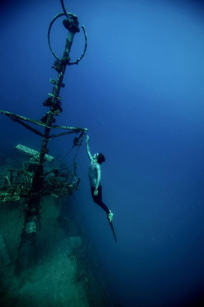 Bermain-main dengan kapal karam di perairan New Caledonia, Prancis. (Foto: www.guillaumenery.fr)