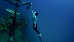 Guillaume Nery (35) sangat mencintai dunia air. Ia mampu menyelam hingga 125 meter dalam satu tarikan napas, tanpa alat bantu. Berikut foto-fotonya.