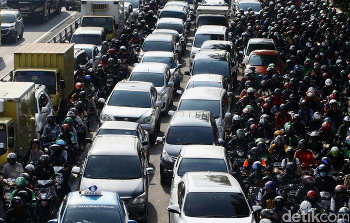 Begini salah satu penampakan kemacetan yang terjadi di kawasan Pancoran, Jakarta. Pembangunan proyek LRT dan Flyover turut menyumbang kemacetan. Hasan Al Habshy/detikFoto.