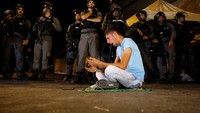 Polisi Israel mengawasi aksi mereka. REUTERS/Ammar Awad.