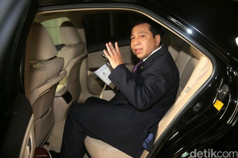 Setya Novanto duduk di belakang mobil mewah (Foto: Agung Pambudhy)