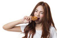 Orang Amerika makan fried chicken langsung digigit dengan kentang.