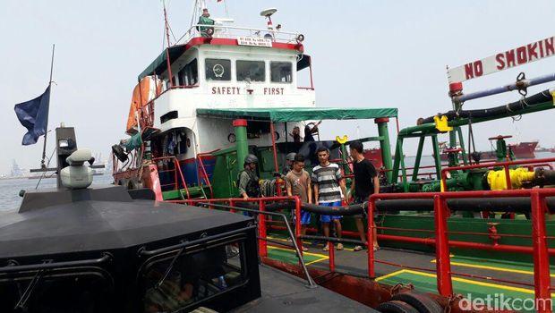Kapal tanker yang ditangkap Bakamla di Teluk Jakarta.