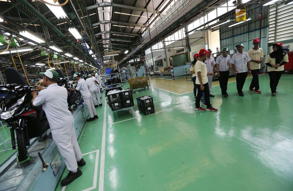Melihat Perakitan Motor Honda di SunterPara finalis Astra Honda Motor Best Student (AHMBS) diajak berkeliling ke pabrik AHM di Sunter, Jakarta Utara. Mereka melihat-lihat proses perakitan motor di pabrik tersebut.