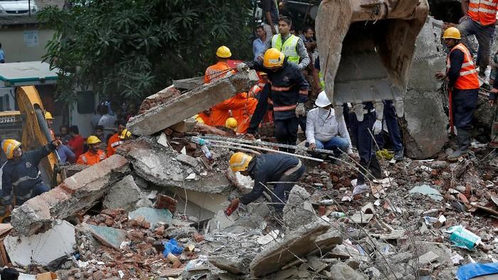 Gedung 4 lantai di Mumbai, India, tiba-tiba ambruk pada Selasa (25/7/2017). Sedikitnya 8 orang tewas dan puluhan lainnya mengalami luka-luka akibat insiden tersebut.