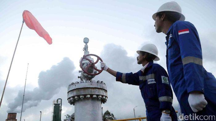 Pekerja melakukan pengecekan instalasi di Pembangkitan Listrik Tenaga Panas Bumi (PLTP) Dieng/ Foto: Grandyos Zafna