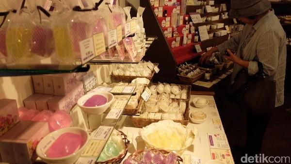 Parfum dan sabun wangi lavender dijual juga di tempat ini. Traveler pun bisa membelinya buat oleh-oleh (Baban/detikTravel)