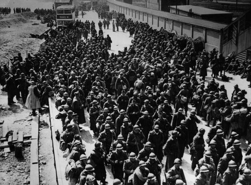 Rombongan tentara yang akan dievakuasi. Momen ini diabadikan sutradara Christopher Nolan dalam film terbarunya yang sedang tayang di bioskop, Dunkirk. Foto: Getty Images