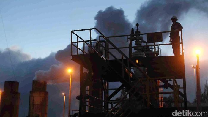 Melihat Aktivitas PLTP Dieng   Pekerja melakukan pengecekan instalasi di Pembangkitan Listrik Tenaga Panas Bumi (PLTP) Dieng Unit 1, Wonosobo, Jawa Tengah, Senin (24/07/2017). PLTP Dieng unit 1 yang dikelola oleh PT. Geo Dipa Energi yang merupakan anak perusahaan PLN ini dapat menghasilkan 60 megawatt listrik yang terhubung ke jaringan Jawa-Madura-Bali. Grandyos Zafna/detikcom  foto 1-18 : -. Pekerja melakukan pengecekan di Coolong Tower PLTP Dieng Unit 1.   foto 19-31 : -. Pekerja melakukan pengecekan di Area sumur PLTP Dieng unit 1.  -. Total potensial energi panas di sekitar dieng diperkirakan sebesar 400 megawatt.  -. PLTP unit Dieng memiliki 7 sumur yang digunakan eksplorasi saat ini.  -. PLTP unit Dieng juga memiliki 5 sumur yang berpotensi untuk di eksplorasi.