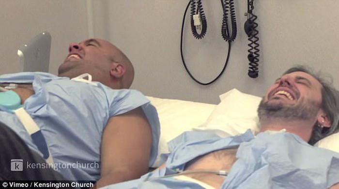 Sempat menganggap para wanita terlalu berlebihan saat melahirkan, dua pria ini mencoba sensasi nyeri kontraksi lewat simulator. (Foto: Kensington Church)