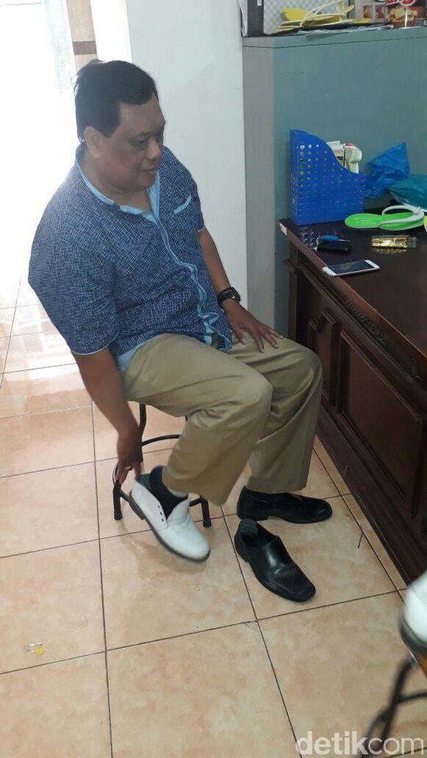 Morotin dari Kec Sengat, Kab Blitar mencoba sepatu di KUB Maju Jaya/