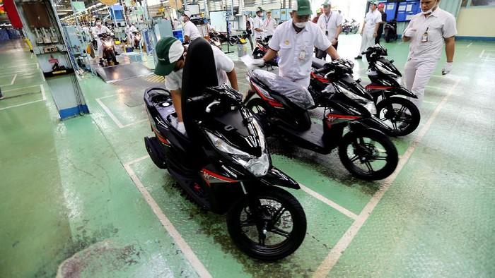Melihat Perakitan Motor Honda di Sunter  Para finalis Astra Honda Motor Best Student (AHMBS) diajak berkeliling ke pabrik AHM di Sunter, Jakarta Utara. Mereka melihat-lihat proses perakitan motor di pabrik tersebut.