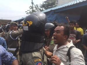 Foto: Ricuh Penertiban Pedagang Pasar di Medan