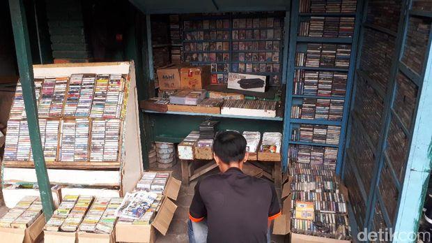 Berburu Kaset Rhoma Irama Hingga Metallica di Cihapit Bandung