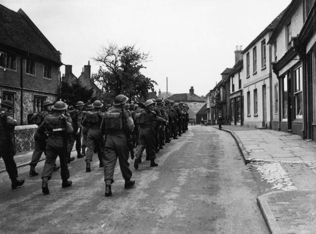 Salah satu momen paling menentukan menjelang kekalahan Jerman di Perang Dunia II adalah operasi D Day yang dilakukan Pasukan Sekutu untuk membebaskan Perancis dari pendudukan Jerman. Ini tentara Inggris bersiap-siap menyerbu Prancis. Foto: Getty Images
