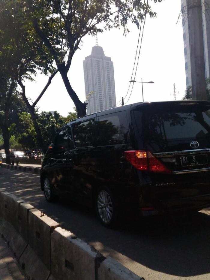 Mobil pelat RI-5 masuk busway di depan Gandaria City, Kebayoran Baru. (Teguh Aryanto/pasangmata.detik.com)