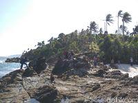 Pantai ini pun didominasi oleh batu karang (Agus/detikTravel)
