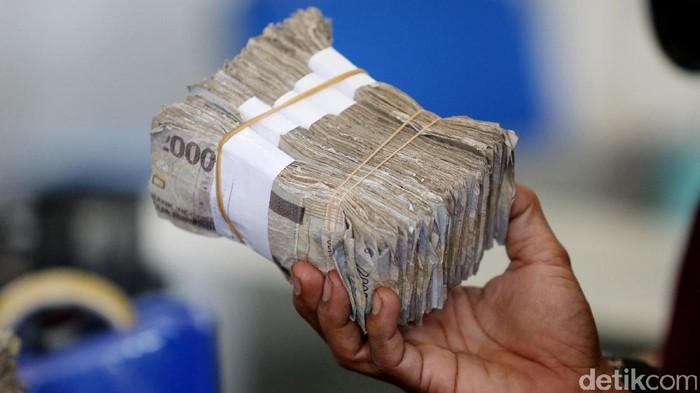 Petugas Bank Indonesia melayani penukaran uang lusuh, robek, rusak atau tidak layak edar di Gedung BI, Jakarta, Rabu (26/7). Nantinya,  uang tersebut diganti baru sementara yang tidak layak edar dimusnahkan.  Hingga Maret 2017, BI memusnahkan  Rp 23,57 triliun uang tidak layak edar.  (Ari Saputra/detikcom)