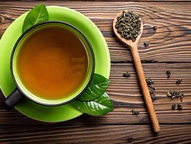 Kamu bisa merendam kaki ke dalam air teh selama 15 menit. Teh mengandung asam yang dapat menutup pori-pori penghasil keringat yang juga sebagai antibiotik alami pembunuh bakteri. Foto: iStock