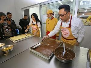 Yuk! Intip Syahrini Bikin Kue Bareng Ridwan Kamil