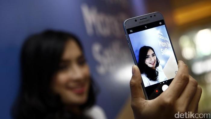 Samsung menghadirkan amunisi baru di pasar ponsel Indonesia. Dua perangkat sekaligus yang mereka boyong, yakni Galaxy J5 Pro dan J7 Pro. Kedua ponsel ini menawarkan sejumlah fitur yang menjanjikan pengalaman live vlogging  yang maksimal.