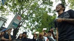 Aksi unjuk rasa untuk segera didaftarkannya obat hepatitis C berlangsung dengan damai di depan kantor Badan Pengawasan Obat dan Makanan (BPOM). Ini kondisinya.