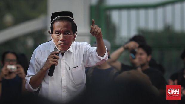 Aksi Kamisan dengan menirukan gaya Jokowi yang menuntut penyelesaiak kasus-kasus HAM, di depan Istana Presiden, Jakarta, 27 Juli.