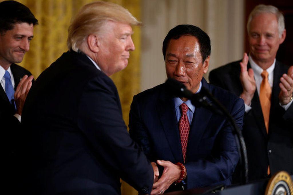 Trump mengungkapkan Foxconn yang biasa merakit produk Apple seperti iPhone dan iPad akan membangun pabriknya di Wisconsin, Amerika Serikat (AS).Namun pabrik yang akan dibuat Foxconn di AS adalah pabrik panel LCD. Foto: Reuters