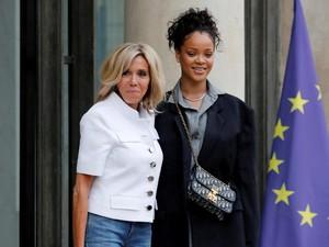 Foto: Adu Gaya Rihanna dan Ibu Negara Prancis Saat Bertemu di Paris