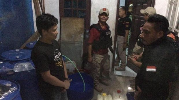 9 Drum berisi 1.900 liter cairan tiner dan 3 jirigen miras oplosan disita. Dua orang karyawan diamankan. Fotografer: Istimewa