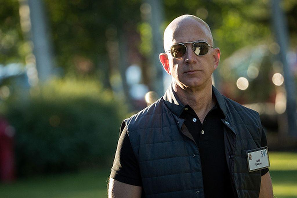 CEO Amazon, Jeff Bezos yang mencuri perhatian saat tiba di konferensi di Sun Valley, Amerika Serikat tahun lalu. Fisiknya terlihat sangat kekar dan berbeda dengan penampilannya beberapa tahun sebelumnya. Ternyata, perubahan fisik Bezos didasari dengan obsesinya terhadap keinginan untuk awet muda dan memperpanjang usia hidup manusia.Foto: istimewa