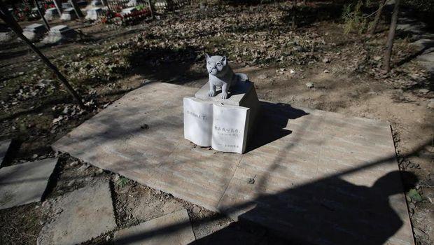 Anjing tidak hanya dikuburkan secara 'manusiawi', namun juga dibuatkan tugunya (Jason Lee/Reuters)
