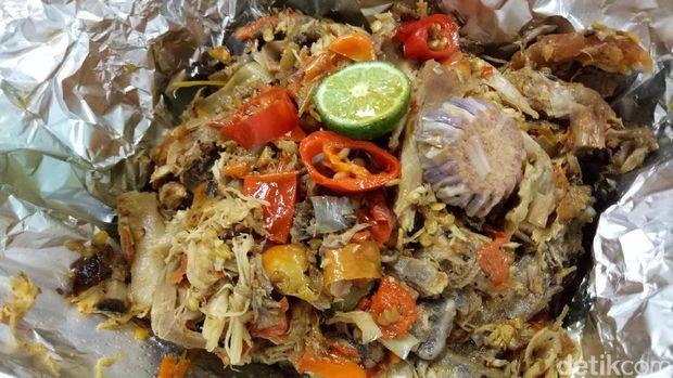 Suwiran ayam kampung super pedas yang mirip seperti ayam klungkung, Bali.