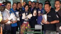 Jaringan tersebut juga diketahui mengirim sabu dari China ke Indonesia melalui kapal laut. Sabu-sabu itu diselundupkan di dalam mesin pemoles sepatu.